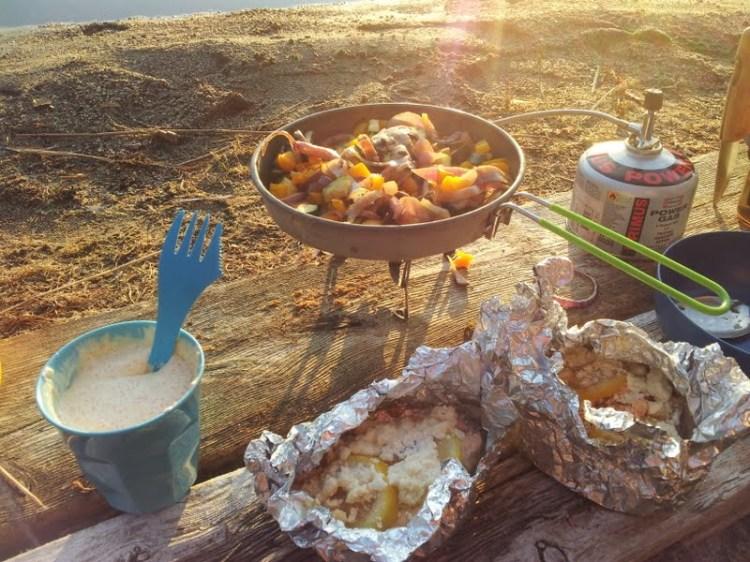 Lördagens middag vid Bodsjön. Stekta färska grönsaker, laxpaket med fetaost och citron samt en sås på crème fraiche, rom och citron. Hur enkelt, snabbt och gott som helst.