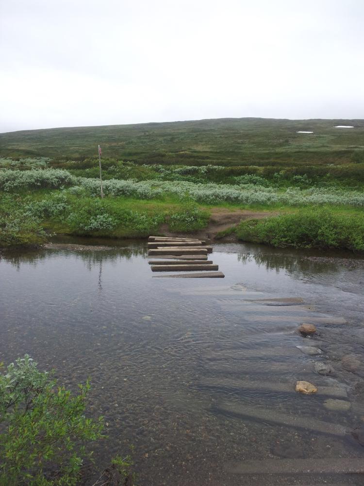 Vadstället över Storulvån. När vi kom hit på fredagen var det inte lika grunt som på bilden. En hel natts regn hade fyllt på ån och det strömmade rätt rejält.