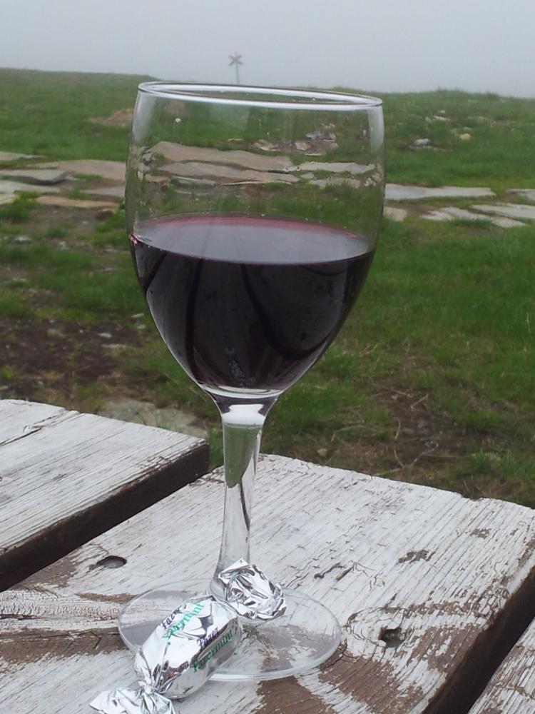 I väntan på damernas bastu lyxade vi och delade på ett glas rött.