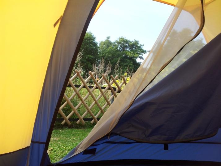 Vi hade också staket och en lite sjö vid vårt tält. Vi ville inte vara sämre än de andra gästerna....