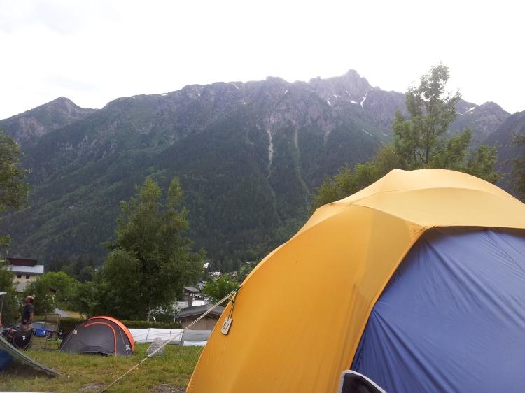 Vårt blågula tält med bergsutsikt.