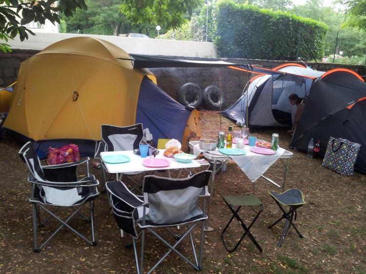 När vännerna P och L kom ner fick de platsen bredvid oss. Camp Sweden var etablerad. Inte lika grönt och fint som de andra campingställena men vi hade det bra i alla fall.