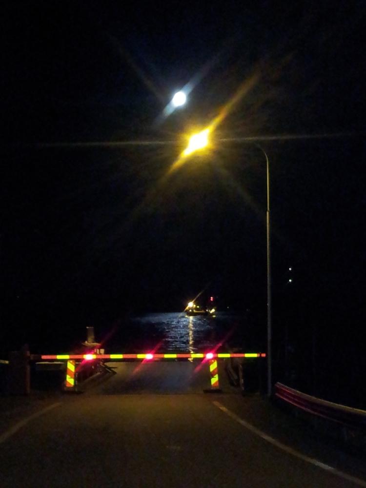 Jag önskar att jag kunde fotografera bättre kvällsbilder med min mobil. Fullmånens speglade sig i Storsjön när vi skulle åka färjan hem. En fin avslutning på kvällen.