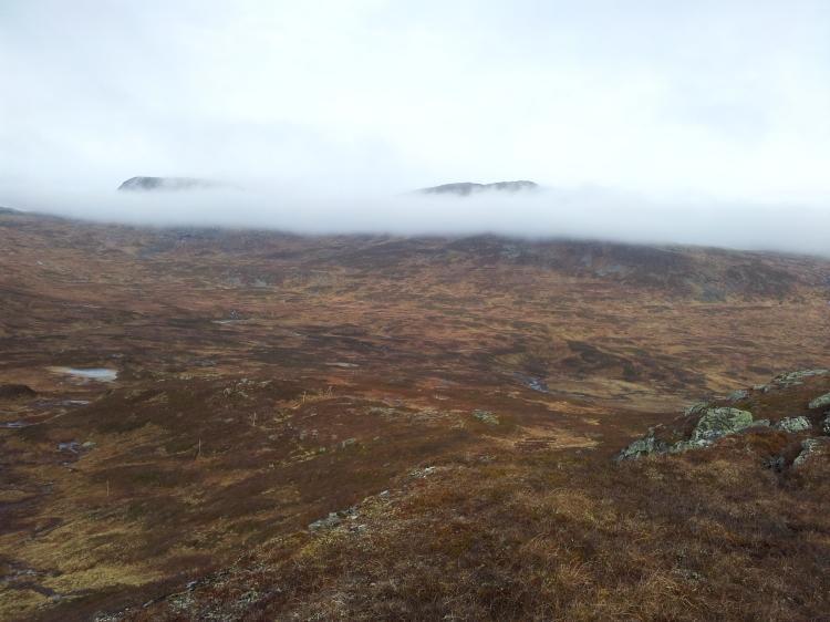 Sista biten ner mot Strydalen. Dimman börjar lätta, fler och fler fjälltoppar syns. Ser ni ledkryssen?