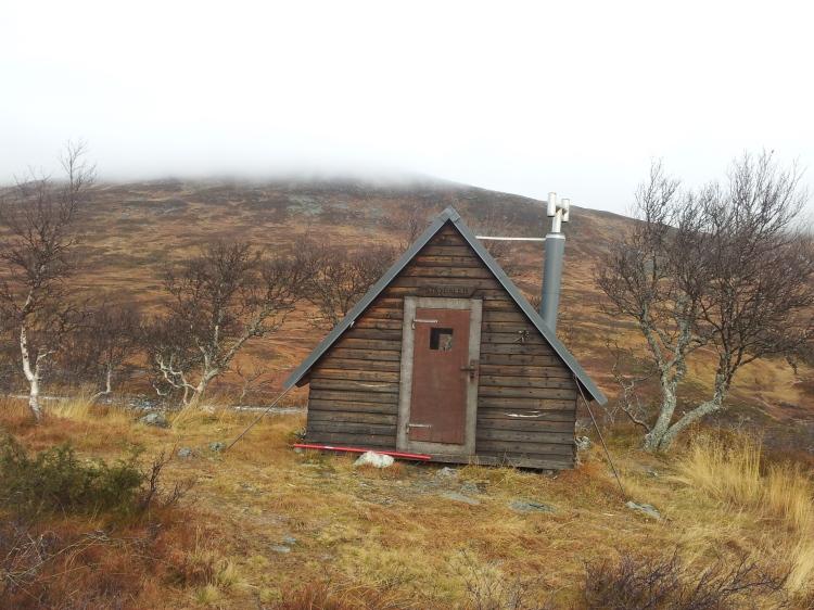 Strydalens vindskydd. Strax nedanför rinner Styrån. Enligt tips är den en bra tur vintertid eftersom den är mer vindskyddad än  kalfjället. Givetvis gäller det sig att hålla sig på kanten om ån för att undvika ett ofrivilligt vinterdopp.