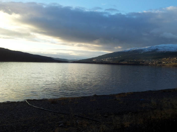 Åresjön. Där sjön går ihop, där är starten för duo/stafettlagen på Åre Extreme Challenge.