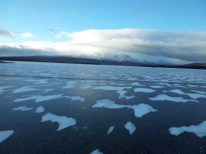 Ottsjön med ståtliga Ottfjället i bakgrunden. Den här sidan av sjön hade en del vindpackade snö men i övrigt svart is som var riktigt härlig att åka på.