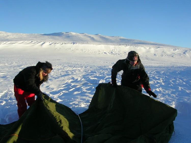 Vi hade tränat på att sätta  upp tälten inomhus innan vi åkte. Det var bra att ha det gjort så att vi visste hur allt skulle vara.