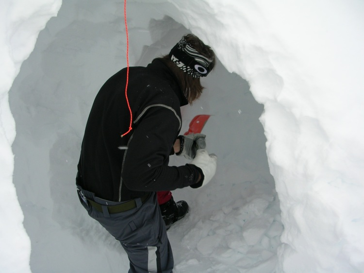 Givetvis hade vi med oss en av skolan längsta elever som fick gräva och gräva innan bivacken var tillräcklig för honom.