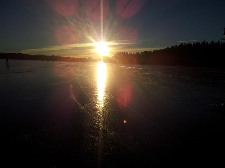 Solen speglade sig på isen.