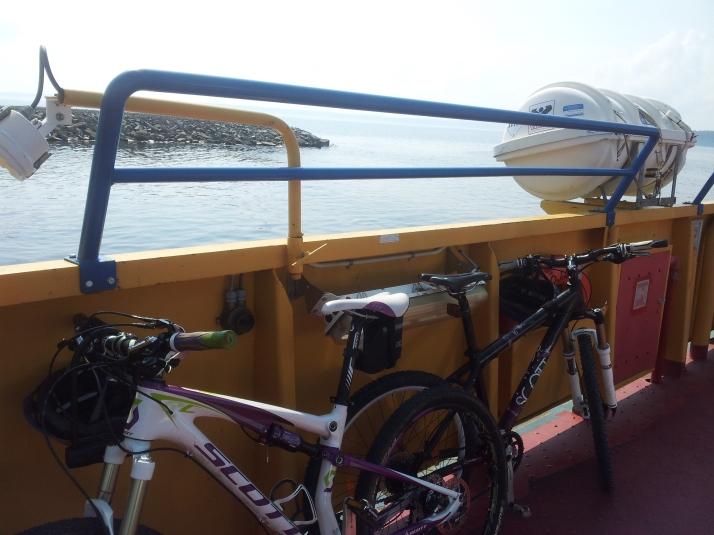 Cykelpaus på färjan mellan Isön och Norderön.